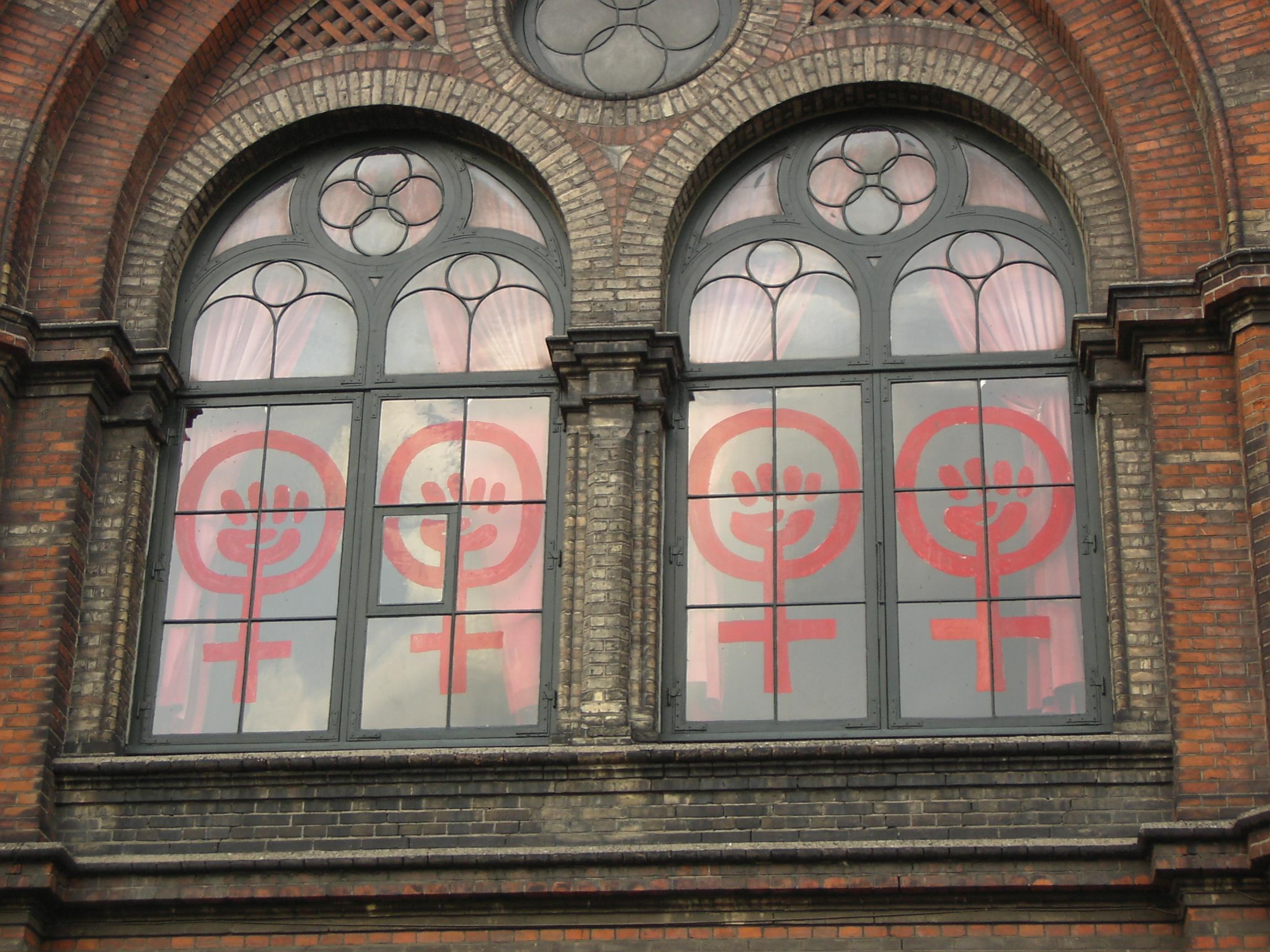 Kvindekampstegn fra Dannerhusets facade
